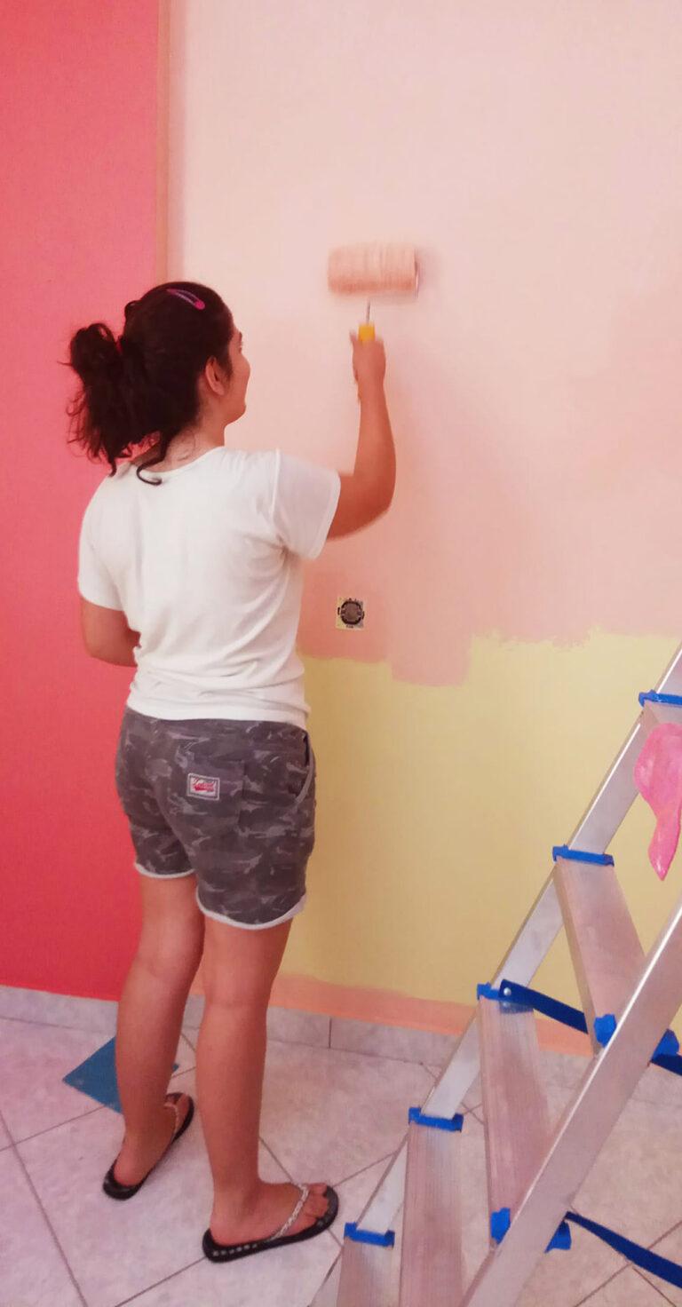Και η Κατερίνα βάφει τον τοίχο του δωματίου της με ρολό βαφής Rollex